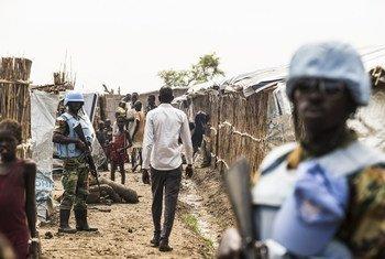 Des Casques bleus assurent la sécurité sur le site de protection des civils à Bentiu, au Soudan du Sud.