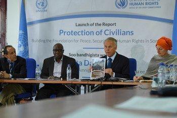 Michael Keating (2e à partir de la droite), Représentant spécial du Secrétaire général pour la Somalie, lors d'une conférence de presse. Photo ONU/Omar Abdisalan