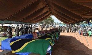 Cérémonie à Beni, en RDC, rendant hommage aux Casques bleus tués dans l'attaque d'une base de la Mission de l'ONU à Semuliki. Photo MONUSCO/Alain Coulibaly