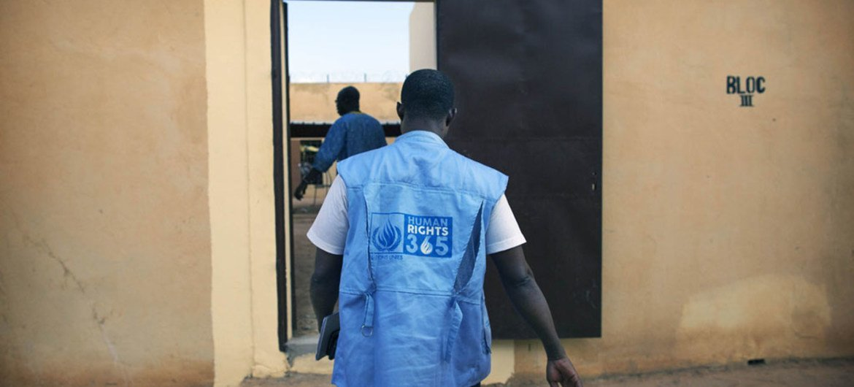 Un expert des droits de l'homme de la Mission des Nations Unies au Mali (MINUSMA) rend visite à la prison de Sevare pour surveiller la situation des droits de l'homme. Photo MINUSMA/Sylvain Liechti