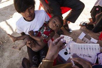 儿基会工作人员在孟加拉国为罗兴亚难民儿童接种疫苗。儿基会图片/Brown