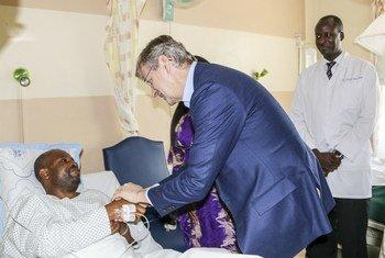 Le Secrétaire général adjoint de l'ONU aux opérations de maintien de la paix, Jean-Pierre Lacroix, rencontre des Casques bleus tanzaniens blessés à l'hôpital Nakasero de Kampala, en Ouganda.