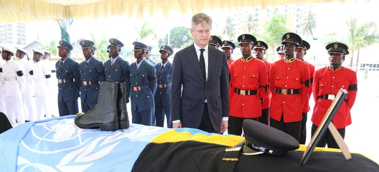 El responsable de las operaciones de mantenimiento de la paz, Jean-Pierre Lacroix, participa en la ceremonia en Dar es Salaam Tanzania para despedir a los 14 cascos azules de la ONU que murieron en un ataque la República Democrática del Congo.