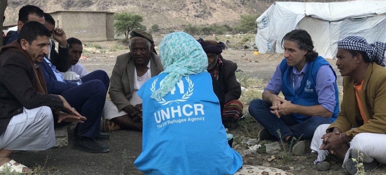 Personal del ACNUR conversa con líderes comunitarios y autoridades locales en el campamento para personas desplazadas de Dharawan afuera de Saná, en Yemen.
