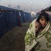 لاجئة روهينجية بصحبة طفلة في مخيم كوتابالونغ للاجئين في بنغلاديش.