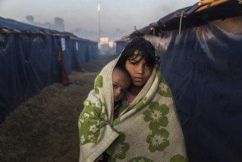 Un joven refugiado rohinyá y su sobrina en el campamento de Kutupalong en Bangladesh.