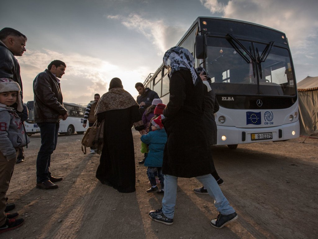 Des migrants montent à bord d'un bus qui les amènent vers un centre à Amman, en Jordanie. (archive)