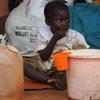 Un enfant centrafricain mange de la nourriture distribuée par des travaileurs humanitaires dans la province de Mbomou, en RCA (archive)