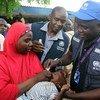 Un fonctionnaire de l'OMS vaccine un enfant contre le choléra au cours d'une campagne dans l'Etat de Borno, au nord-est du Nigeria.