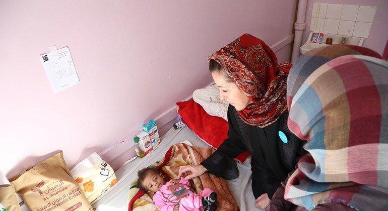 La representante de UNICEF en Yemen visita a un niño con malnutrición en el hospital de Al-Sabeen en Saná, Yemen