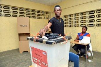 Libéria: un électeur met son bulletin dans l'urne lors du second tour de l'élection présidentielle le 26 décembre 2017.