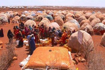 Baidoa, Somalie : des personnes déplacées dans le camp de Bulo Isak attendent de collecter de l'eau potable.