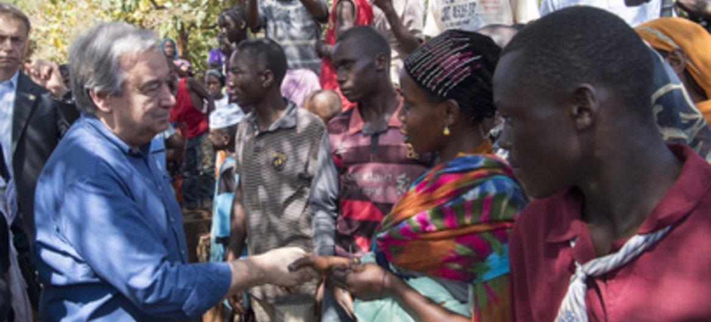 """El Secretario General, Antonio Guterres, con personas desplazadas en el campamento """"St. Pierre Claver"""" en Bangassou, en la República Centroafricana."""