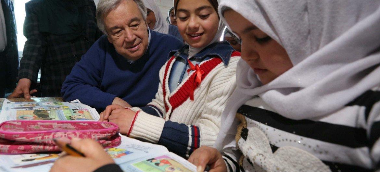 """В уходящем году глава ООН побывал во многих """"горячих точках"""". Он разговаривает  с детьми в лагере беженцев Заатари в Иордании.Фото ООН/Сахем Рабабах"""