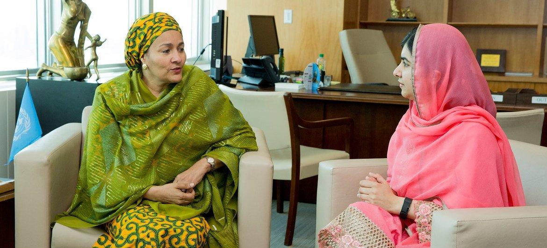 Naibu Katibu Mkuu wa UN Amina J. Mohammed (kushoto) akizungumza na Malala Yousafzai, mchechemuzi wa haki ya elimu kwa watoto wa kike na pia mshindi mwenye umri mdogo zaidi wa tuzo ya amani  ya Nobel.