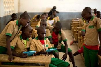 Un grupo de estudiantes aprende sobre nuevas tecnologías con la ayuda de tabletas donadas por UNICEF en una escuela de Camerún. En África, tres de cada cinco niños siguen desconectados del mundo digital