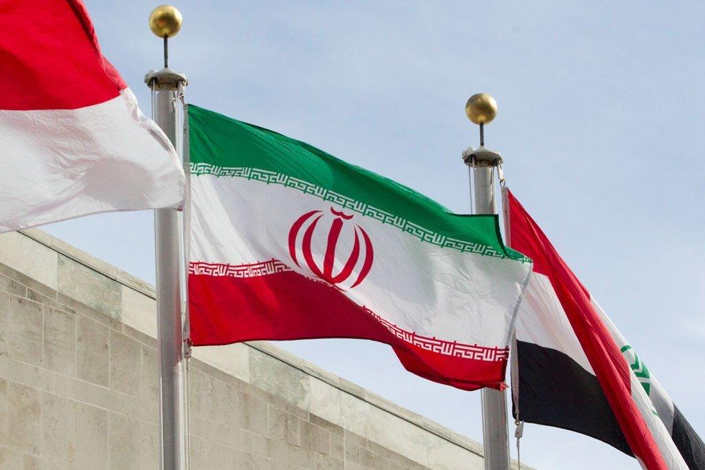 علم إيران أمام مقر الأمم المتحدة بنيويورك.