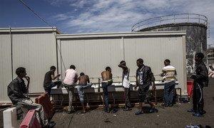 在意大利西西里一个接待中心的索马里和厄立特里亚难民。他们在从利比亚乘船前往欧洲途中被西班牙海岸警卫队救起。难民署图片/Fabio Bucciarelli