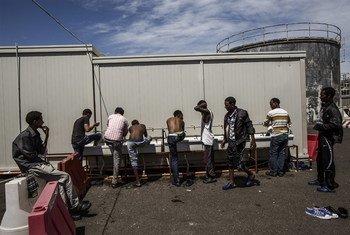 Прибывшие из Ливии выходцы из Сомали и Эритреи в пункте приема беженцев в Италии