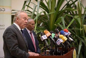 El enviado especial de la ONU para Somalia, Michael keating, se dirige a la prensa junto con el Ministro de Relaciones Exteriores de 'Somalilandia'.