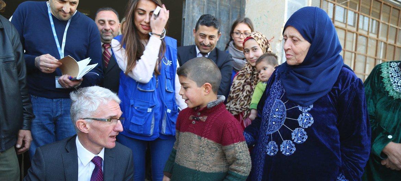 El coordinador de asuntos humanitarios de la ONU, Mark Lowcock, habla en Homs con despalzados internos  provenientes de Palmira