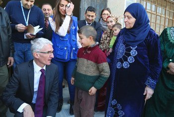 联合国负责人道援助事务的副秘书长洛科克在叙利亚城市霍姆斯访时, 与一位10岁的小男孩 Khaled亲切交谈。 Khaled一年前与家人失去家园,他告诉洛科克自己很爱上学。