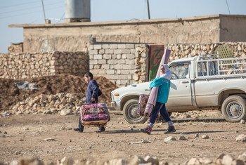 Familia iraquí regresa a su lugar de origen, Wana, en el oeste de Mosul.