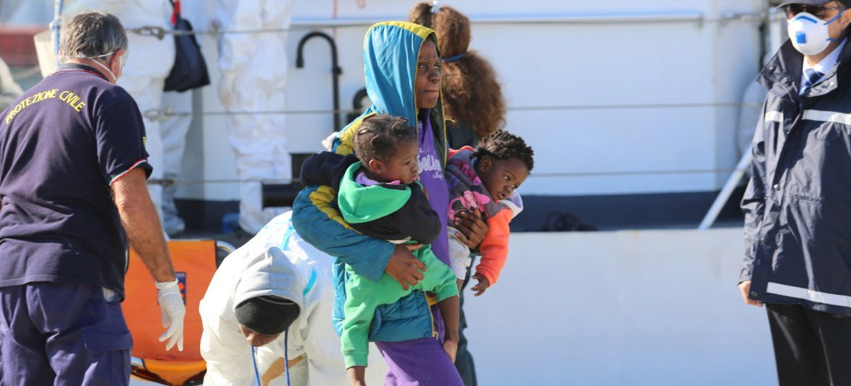 Женщина с двумя детьми из перевернувшейся лодки  в Средиземном море.  Ее спасла береговая охрана  Фото УВКБ