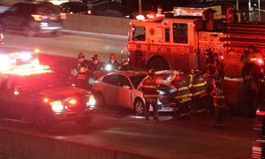 Des véhicules de secours interviennent sur la scène d'un accident de la route à New York, aux Etats-Unis.