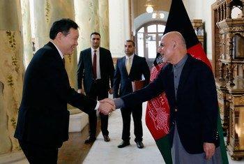 Le Président du Conseil de sécurité pour le mois de janvier, l'Ambassadeur du Kazakhstan, Kairat Umarov (à gauche), est accueilli par le Président afghan Ashraf Ghani au palais présidentiel à Kaboul. Photo MANUA/Fardin Waezi