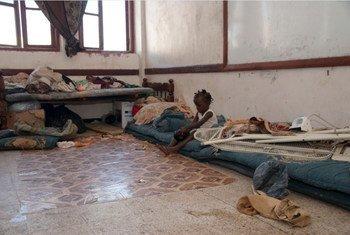 Во временном приюте  20 человек  делят одну комнату.  Йемен.
