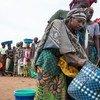 Des femmes congolaises se rassemblent à un point de distribution alimentaire au Nord-Kivu, dans l'est de la RDC (archive)