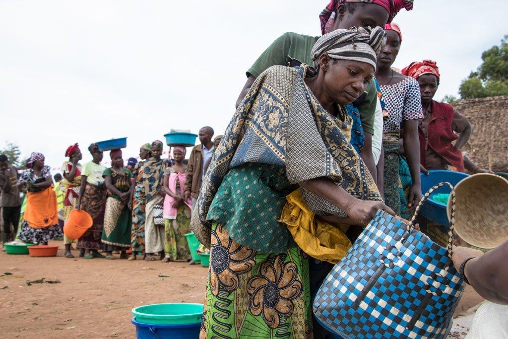 Wanawake wakiwa wamekusanyika katika kituo cha kugawa chakula cha Nyanzale Kivu Kaskazini DRC. Kituo hicho kinawalenga kwa msaada familia zisizojiweza na zilizo hatarini