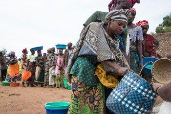Un grupo de mujeres en un punto de distribución de alimentos en Nyanzale, Kivu Norte, República Democrática del Congo.