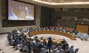 Le Représentant spécial du Secrétaire général et Chef de la Mission d'appui des Nations Unies en Libye (MANUL), Ghassan Salamé (à l'écran, à droite), informe le Conseil de sécurité sur la situation en Libye.