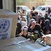 在叙利亚大马士革近东救济工程处分发中心排队领取粮食救济的巴勒斯坦难民。