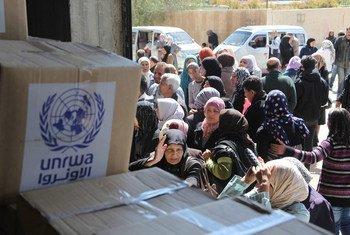 Des bénéficiaires attendant une distribution de nourriture dans un centre de l'UNRWA à Sahnaya, à Damas, en Syrie. Photo UNRWA