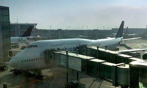 在德国法兰克福机场,工作人员正在对一架客机进行起飞前的检查、维护和服务。