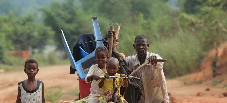 Une famille fuyant les violences au Kasaï, en République démocratique du Congo (archives).