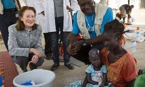 Au Soudan du Sud, la Directrice exécutive de l'UNICEF, Henrietta H. Fore (à gauche) et le responsable des questions de nutrition à l'UNICEF, Joseph Senesie (en bleu), parlent avec des patients à l'hôpital Al Sabbah à Juba, au Soudan du Sud. Photo UNICEF/Prinsloo