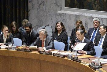 El Secretario General de la ONU, Antonio Guterres, al lado de Kairat Abdrakhmanov, ministro de relaciones exteriores de Kazakstán, en el Consejo de Seguridad.