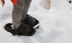 صورة من الأرشيف لطفل من أسرة لاجئة سورية ينتعل حذاء غير مناسب للثلج.