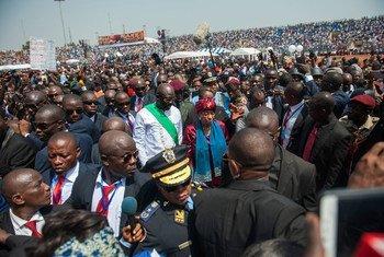 Le nouveau Président du Libéria, George Weah (au centre gauche), marche avec l'ancienne Présidente, Ellen Johnson Sirleaf (au centre droit) lors de la cérémonie d'investiture. Photo ONU/Albert Gonzalez Farran