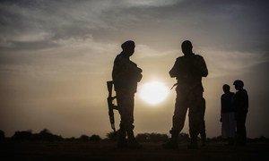 Des Casques bleus tchadiens de la MINUSMA en patrouille près de Kidal, dans le nord du Mali, en décembre 2016.