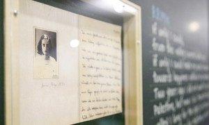 Une photo d'Anne Frank présentée à une exposition sur les enfants de l'Holocauste au siège de l'ONU en 2012. Photo ONU/JC McIlwaine