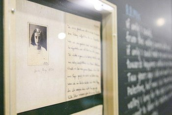Фото Анны Франк на выставке в ООН, посвященной памяти детей, ставших жертвами Холокоста. 2012 год.