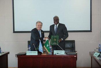 A Addis-Abeba, en Ethiopie, le Secrétaire général de l'ONU, António Guterres, avec Moussa Faki Mahamat, Président de la Commission de l'Union africaine. (archive)