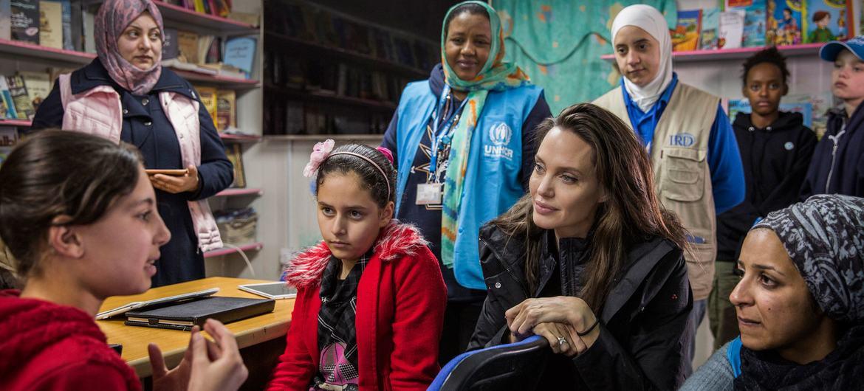 联合国难民署特使、著名影星安吉丽娜·朱莉在约旦札塔里难民营与叙利亚难民儿童交谈。