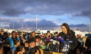 L'Envoyée spéciale du HCR, Angelina Jolie, avec des enfants réfugiés syriens au camp de Za'atari, en Jordanie. Photo HCR/Ivor Prickett