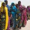 在从喀麦隆返回尼日利亚东北部之后,这些尼日利亚家庭正在等待领取紧急食品援助、床垫和衣物。